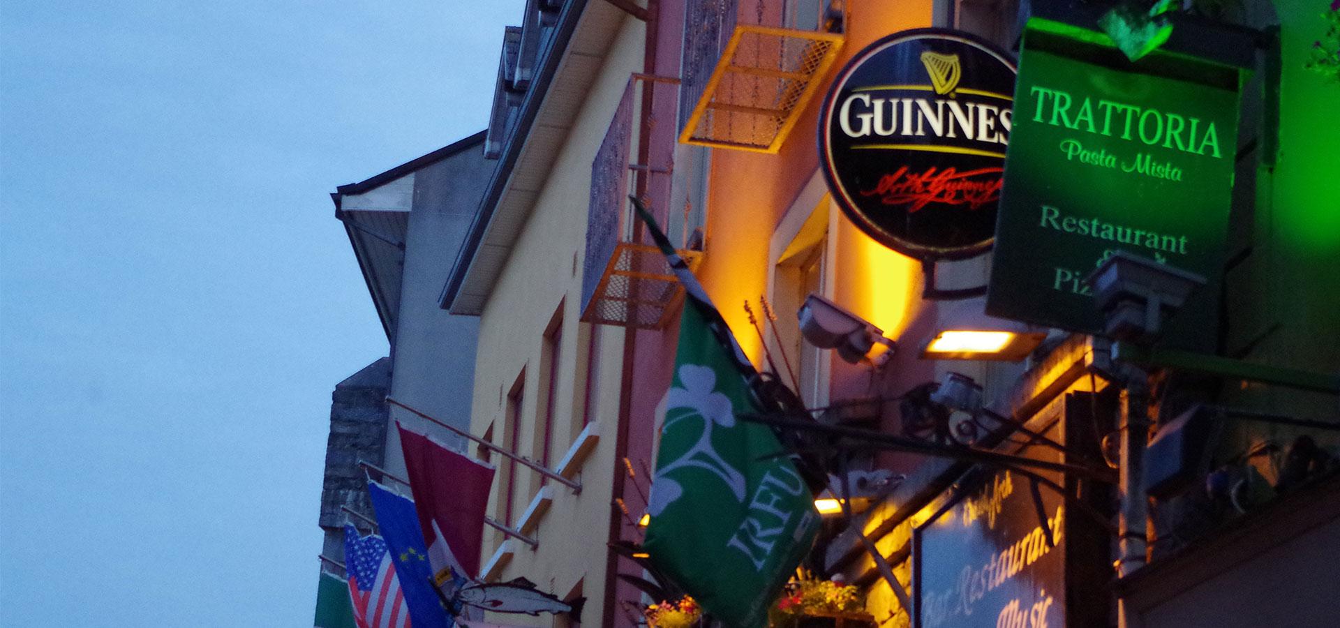 Straßenschild Pub Guiness Irland